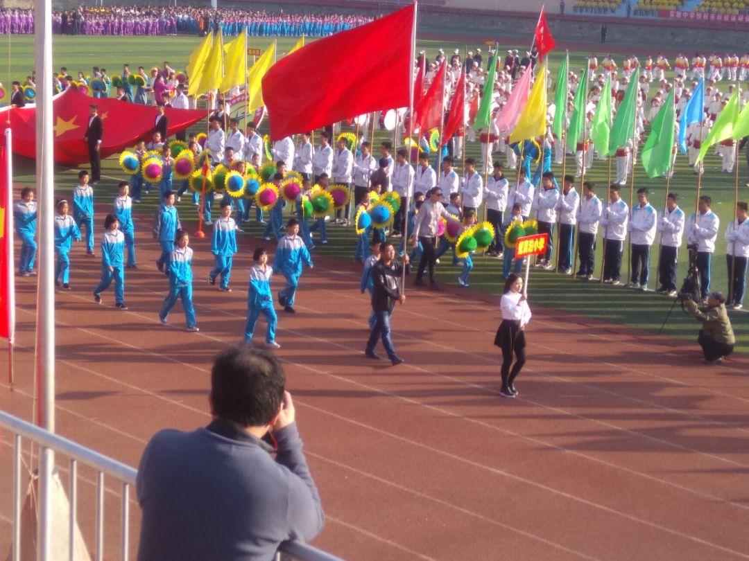 开幕式在五星红旗的引领下,会标,军乐队,彩旗队,裁判员,运动员依次